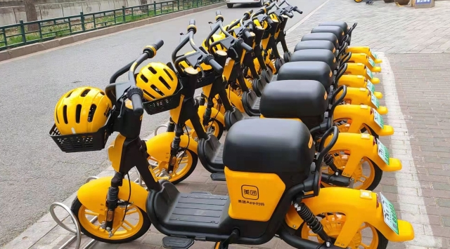 石家庄新型共享电单车上线 配备安全头盔指定区域停放